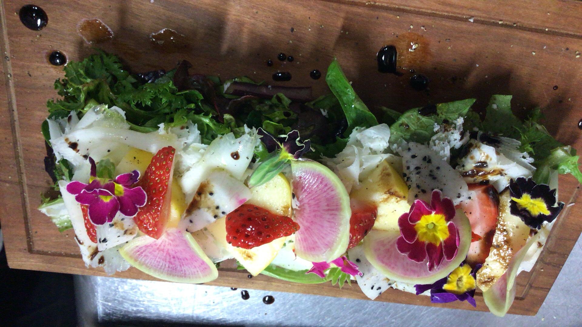 insalatabellalodiのinsalataの旬のサラダの地元野菜のディナーのアラカルトのベラロディチーズと果実のサラダのワイン合わせますのトロンコーネの新所沢イタリアンの所沢レストランのおいしいディナーのおすすめ